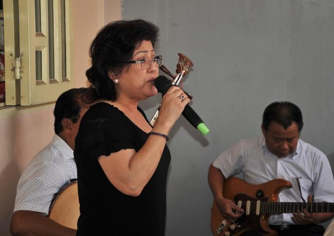 NS Phượng Liên ca bài Mùa xuân của mẹ tặng những nghệ sĩ đồng nghiệp đến dự lễ giỗ của NS Kim Ngọc