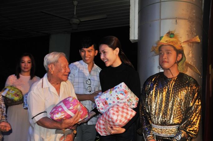 Diễn viên Ngọc Duyên trao quà từ thiện cho nghệ sĩ lão thành
