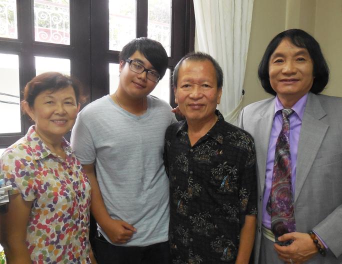 Tác giả Lê Duy Hạnh - người sáng lập giải HCV Trần Hữu Trang và vợ, chụp ảnh lưu niệm với NSƯT Minh Vương và Kim Tuyền (con trai NSƯT Thanh Thanh Tâm) - trong lần Kim Tuyền về VN thăm gia đình.