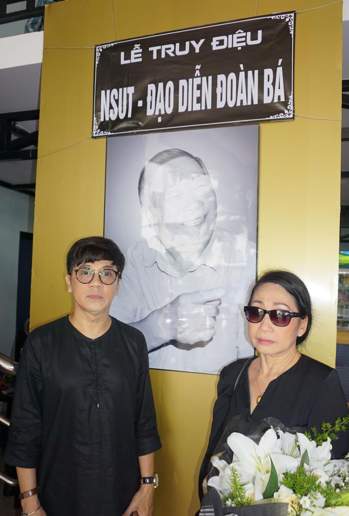 NSƯT Thành Lộc và Đàm Loan trước di ảnh của NSƯT đạo diễn Đoàn Bá