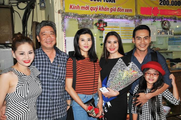 NS Lê Giang và ông Nguyễn Anh Kiệt - Giám đốc Nhà hát Kịch TPHCM cùng các bạn diễn tại rạp Công Nhân tối 31-12