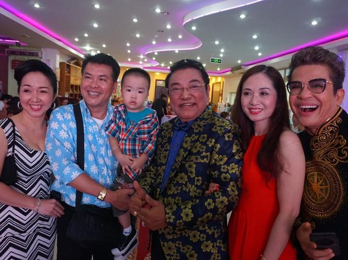 Vợ chồng nghệ sĩ Hữu Nghĩa bế con đến mừng tuổi danh hài Phú Quý