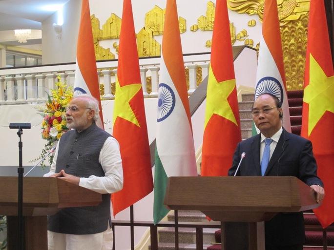 Hai Thủ tướng Nguyễn Xuân Phúc và Narendra Modi họp báo chung sau lễ ký các văn kiện hợp tác Việt Nam-Ấn Độ