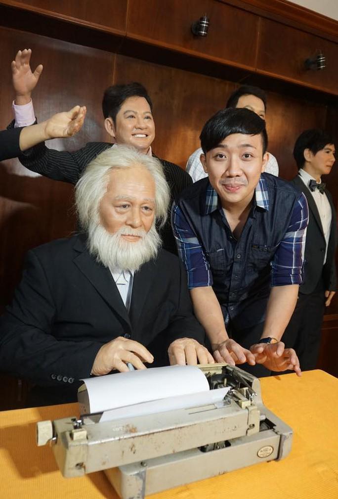 MC Trấn Thành làm duyên bên tượng sáp của nhạc sĩ Bắc Sơn