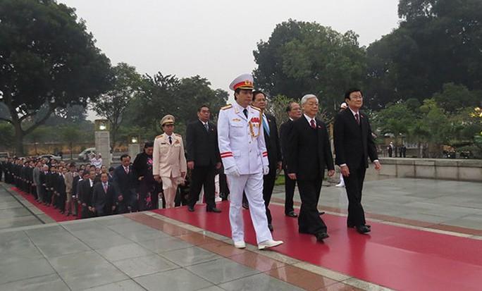 Các đại biểu đến Đài tưởng niệm các anh hùng liệt sĩ - ảnh: VOV