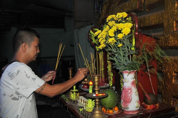 Đạo diễn Ngọc Hùng - Sân khấu Thế giới trẻ, thắp hương bàn thờ Tổ tại Khu dưỡng lão NS TPHCM