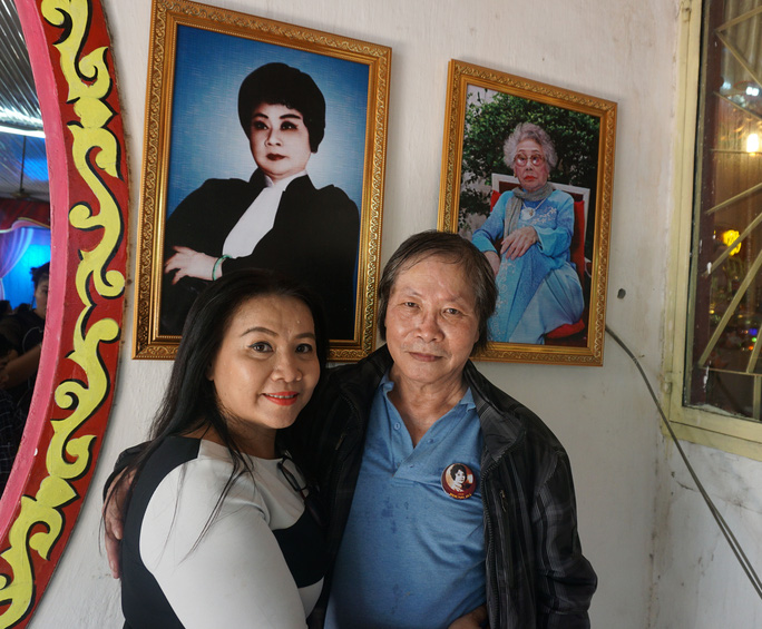 NS Hoàng Long (chồng cũ của NS Kim Ngọc) và Kim Ngân (con gái cố NS Kim Ngọc) từ Pháp về đến dự lễ giỗ cố NSND Phùng Há
