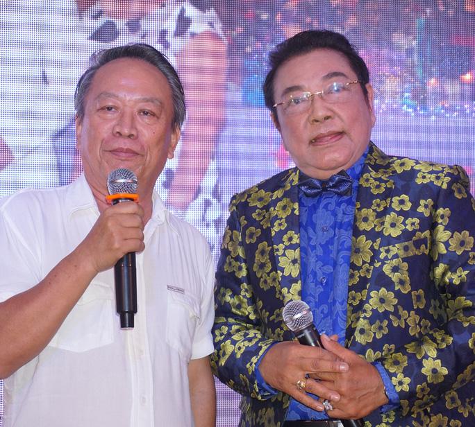 Ông Huỳnh Văn Nam - nguyên Tổng giám đốc Đài Truyền hình TPHCM chúc mừng sinh nhật tuổi 70 của danh hài Phú Qúy