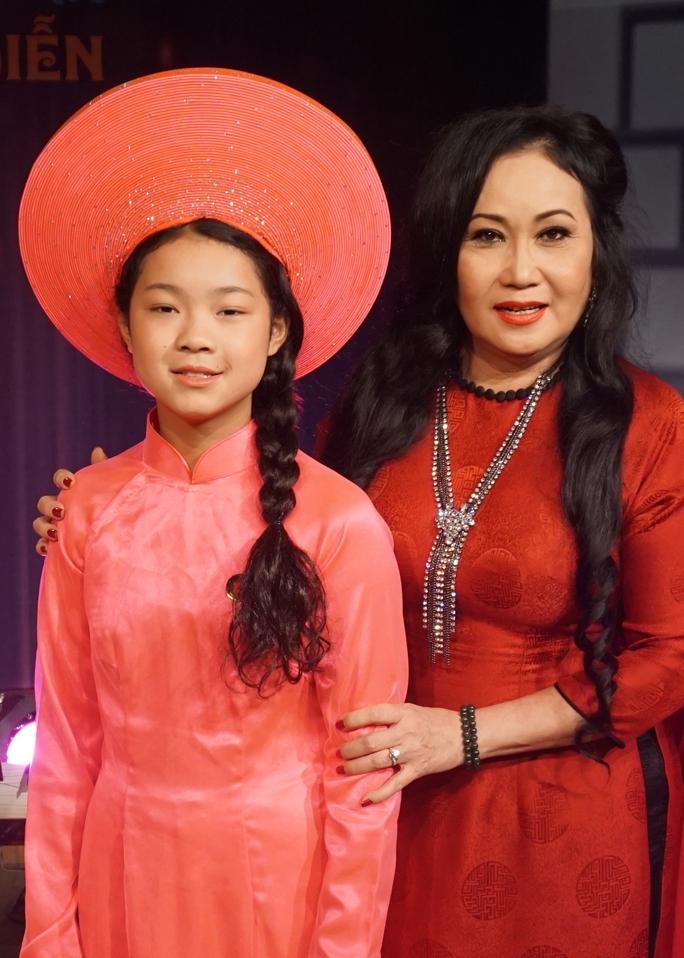 NS Thanh Hằng và bé Minh Tú