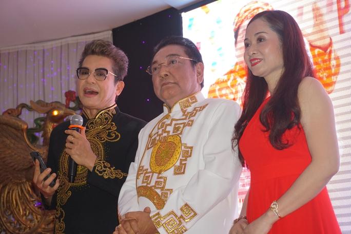 MC Thanh Bạch giới thiệu danh hài Phú Quý và vợ trong tiệc mừng thọ 70 tuổi