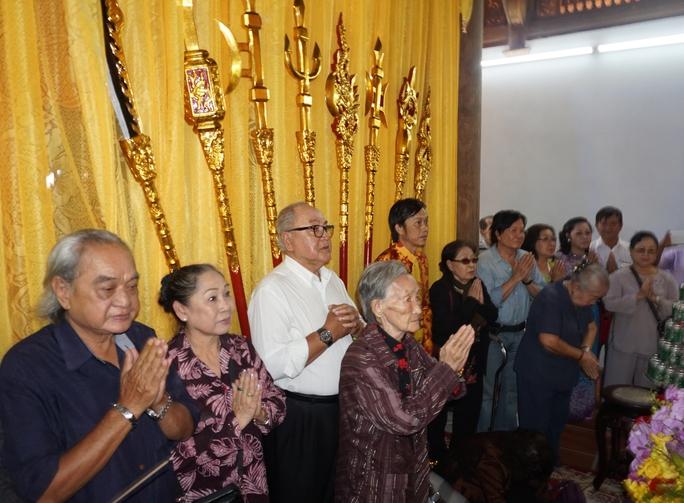 Các thế hệ nghệ sĩ đã tề tựu dâng hương tại Đền thờ Tổ của NSƯT Hoài Linh