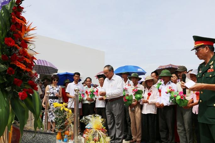 Thắp hương tại Khu tưởng niệm chiến sĩ Gạc Ma
