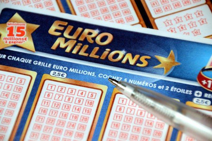 Tấm vé số EuroMillions của bà bị trật một con số. Ảnh: Alamy