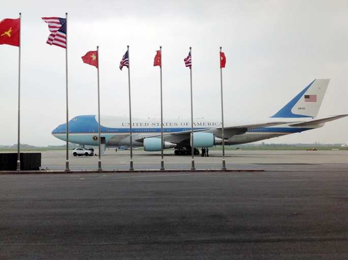 Nhân viên mật vụ và chó nghiệp vụ kiểm tra và kiểm soát trang tiết bị xe thang phục vụ chuyên cơ tại nơi đậu trước khi Tổng thống Obama lên máy bay chiều 24-5 - Ảnh: Hữu Phong