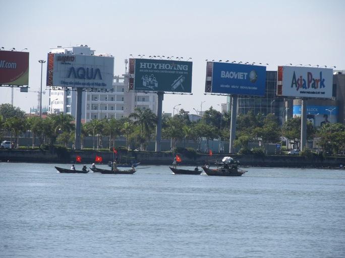 Các tàu và xuồng nhỏ của ngư dân gặp nạn, phát tín hiệu cầu cứu