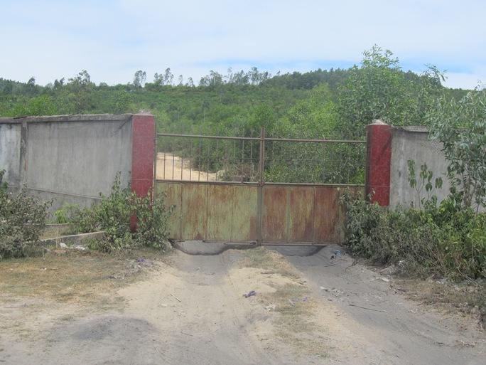 Con đường đi lên núi Sơn Gà bị người dân đóng cửa