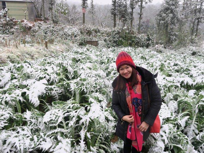Nhiều du khách từ Hà Nội và các tỉnh thành đã tranh thủ lên Sa Pa du lịch và ngắm mưa tuyết trong đợt rét lịch sử. Ảnh: Đỗ Bích Ngọc