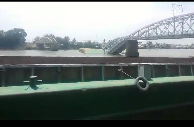 Nhiều người rớt xuống sông nhưng có 3 người thoát nạn. Ảnh Phạm Dũng