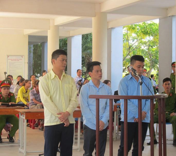 Từ trái qua phải, các bị cáo Trường, Lý, Tuấn tại phiên tòa