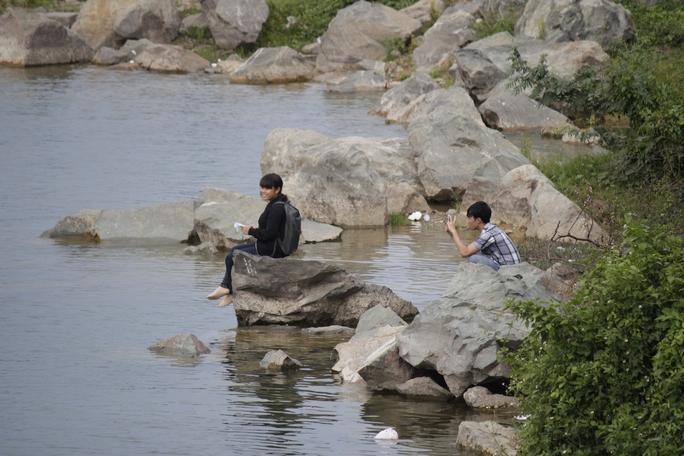 Nhiều người leo lên các vách đá cheo leo, lội xuống nước mong chụp được những tấm hình đẹp. Nước trong xanh và lạnh ngắt, khu vực ven bờ có chỗ đứng ngang đầu gối, nhưng chỉ cần ra một bước chân là có thể bị lọt vào kẽ đá hoặc vực sâu hàng chục mét. Ở mép bờ các tảng đá nhọn, sắc, trơn nên rất dễ gây tai nạn.