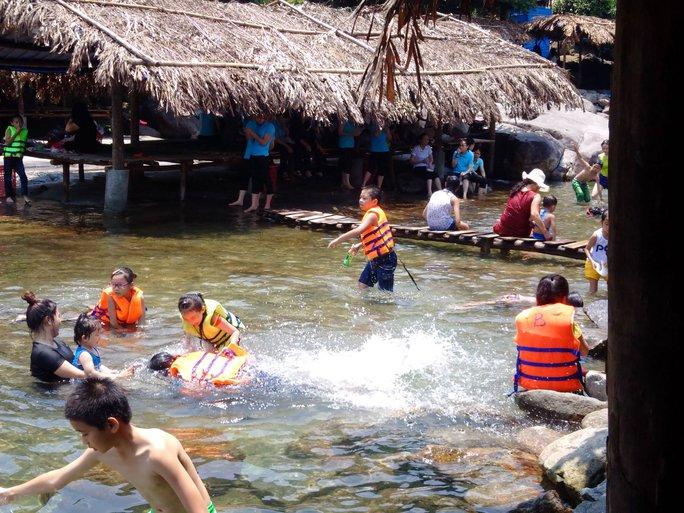 Khu du lịch Suối Voi vào mùa hè thu hút rất đông du khách đến nghỉ dưỡng.