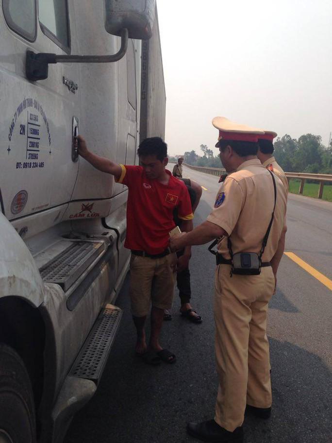 Lái xe container vi phạm tốc độ không chịu xuất trình giấy tờ cho CSGT kiểm tra