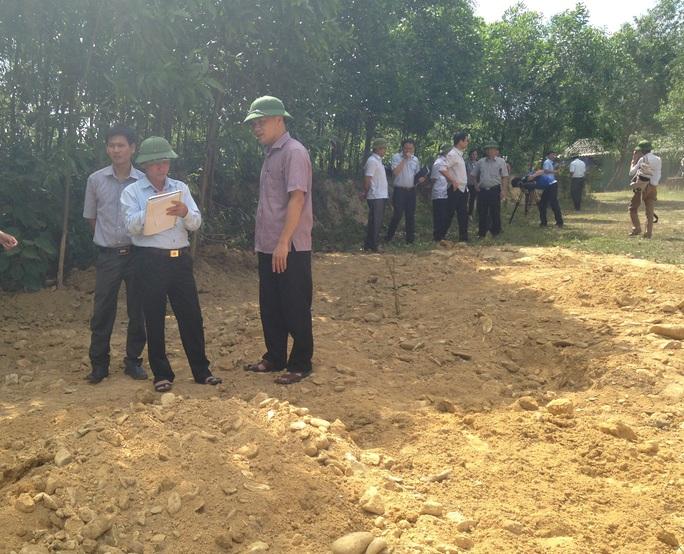 Lực lượng chức năng kiểm tra tại hiện trường chôn lấp rác thải