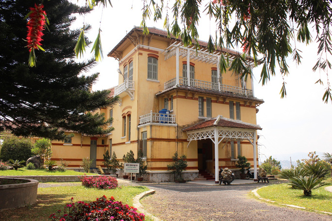 Cung Hoàng hậu Nam Phương, vợ của vua Bảo Đại, do cha bà là ông Nguyễn Hữu Hào xây tặng. Đây là một trong 4 biệt thự ở đỉnh cao tại Đà Lạt