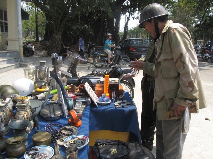 Phiên chợ thu hút nhiều nhà sưu tầm đồ cổ