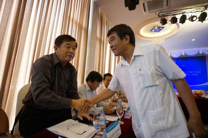 Trưởng Ban trọng tài Nguyễn Văn Mùi bắt tay phó chủ tịch VFF Nguyễn Xuân Gụ