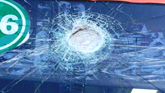 Việc kính xe ô tô bị ném vỡ như thế này rất dễ gặp nạn vì bị khuất tầm nhìn