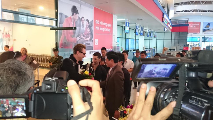 Các ngôi sao màn ảnh Hollywood đáp sân bay Đồng Hới bằng chuyên cơ riêng trước sự chào đón nồng nhiệt của đông đảo người hâm mộ