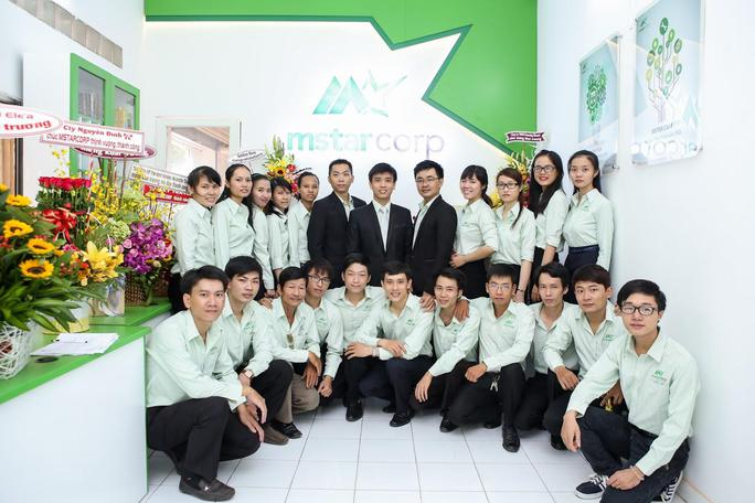 Phạm Đức Long (áo đen, giữa) cùng các nhân viên công ty khởi nghiệp Mstar Corp. Ảnh: Chánh Trung