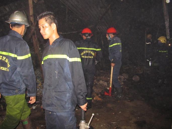 Các chiến sĩ PCCC Đà Nẵng đến hiện trường vụ cháy