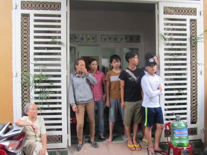 Người dân hiếu kỳ tập trung quanh ngôi nhà xảy ra án mạng