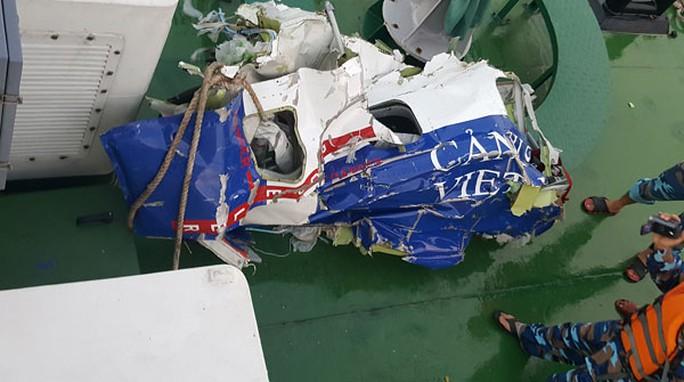 Mảnh vỡ máy bay CASA-212 được tìm thấy ngày 17-6. Ảnh: Bộ Quốc phòng