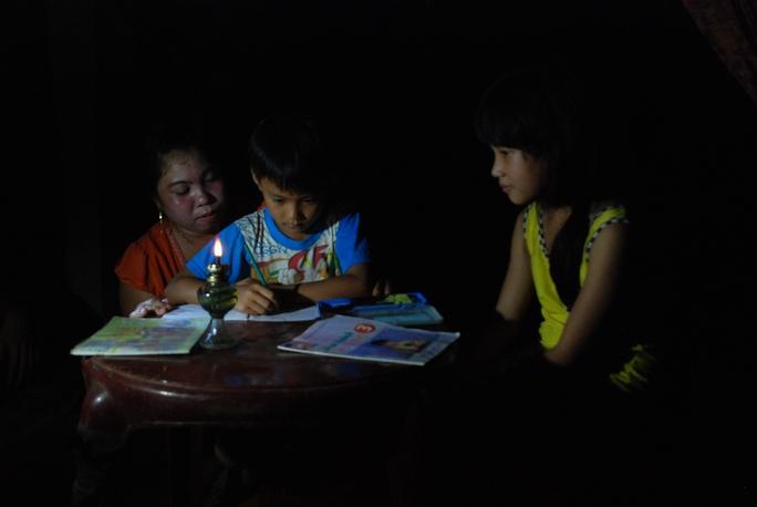 Các em nhỏ phải học dưới ánh đèn dầu
