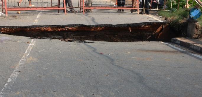 Đoạn sụp lún kéo dài đến giữa tim cầu, sâu khoảng 50 cm sau cơn mưa chiều 26-8 trên cầu Tân Kỳ Tân Quý