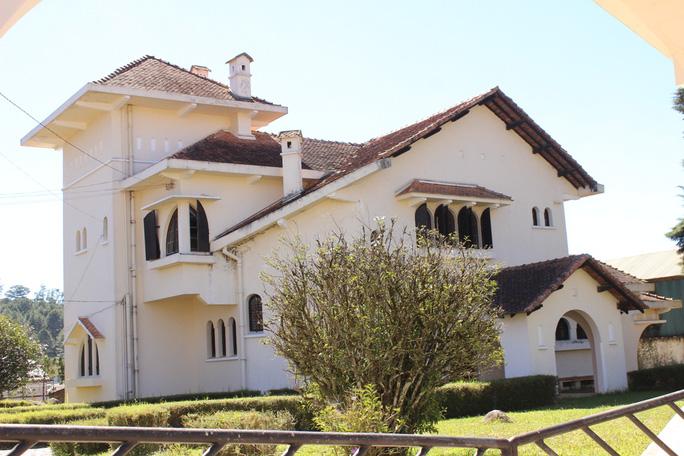 Phong cách kiến trúc xứ Basque (phía Tây Nam nước Pháp), tường đầu hồi là mặt chính của kiến trúc (kiễu chữ A) nổi lên khung sườn gỗ. Có 2 mái không đều nhau, đôi khi mái dài gần sát mặt đất. Mái vươn xa ra khỏi tường đầu hồi và được đỡ bằng các thanh gỗ, các cửa sổ nhiều và nhỏ.