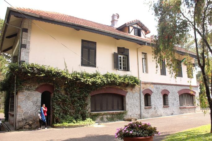 Tòa biệt thự của tướng Trần Văn Đôn thời chính quyền Ngô Đình Diệm là một trong nhưng công trình cổ nhất ở Đà Lạt còn lưu giữ khá nguyên vẹn. Tòa nhà này được xây dựng khoảng năm 1923, trước đây gọi là biệt thự Rauzy