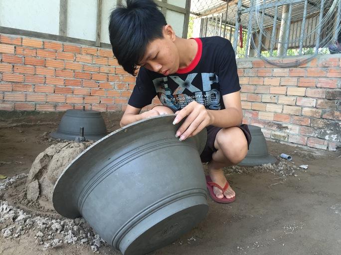 """Nếu em đi học nữa sẽ tăng thêm gánh nặng, lúc đó, coi chừng không còn có gạo mà ăn, mà mẹ thì sức khỏe ngày càng yếu, cha thì sức có hạn... Mơ chi""""."""
