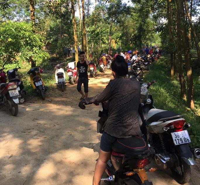 Nghe tin rất đông người dân hiếu ký kéo đến nhà anh Nguyễn Hữu Thông xem trăn