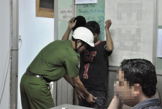 Công an phường Tam Bình trong một lần khám xét con nghiện tại khu vực chợ Đầu Mối