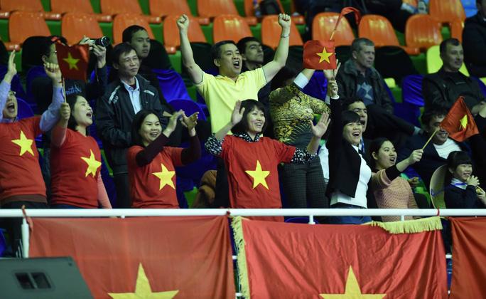 Niềm vui của các CĐV Việt Nam tại Uzbekistan