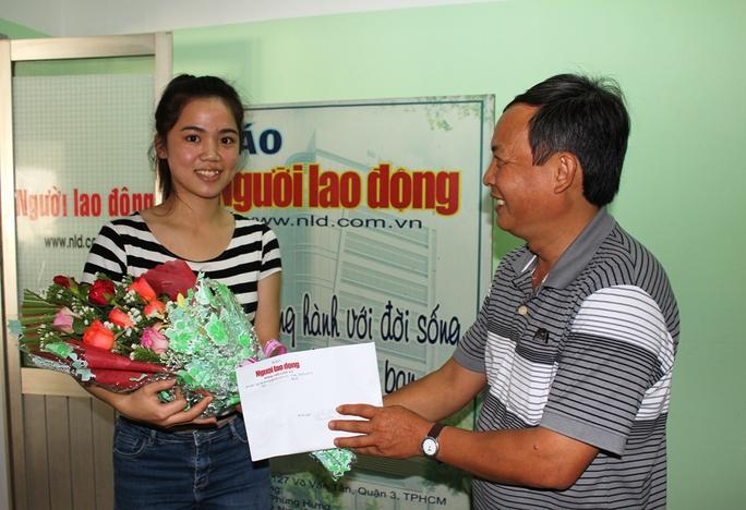 Trưởng Văn phòng Đại diện Báo Người Lao Động khu vực Nam Trung bộ - Tây Nguyên trao giải Nhất cho bạn đọc Mai Phương Hà