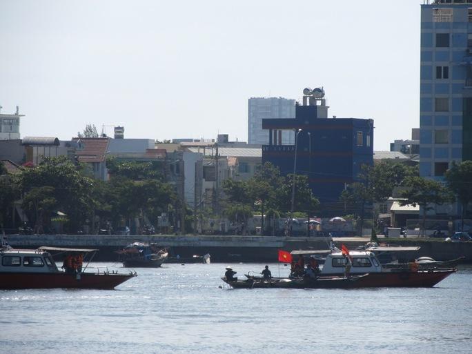Nhận được lệnh, các tàu, thuyền cứu hộ nhanh chóng tiếp cận tàu bị nạn