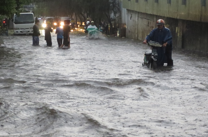 Toàn cảnh ngập nước ở Sài Gòn trong cơn mưa chiều 26-8