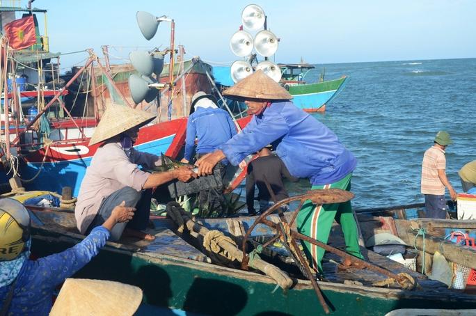 Tàu cá của ngư dân Cửa Việt về bến.