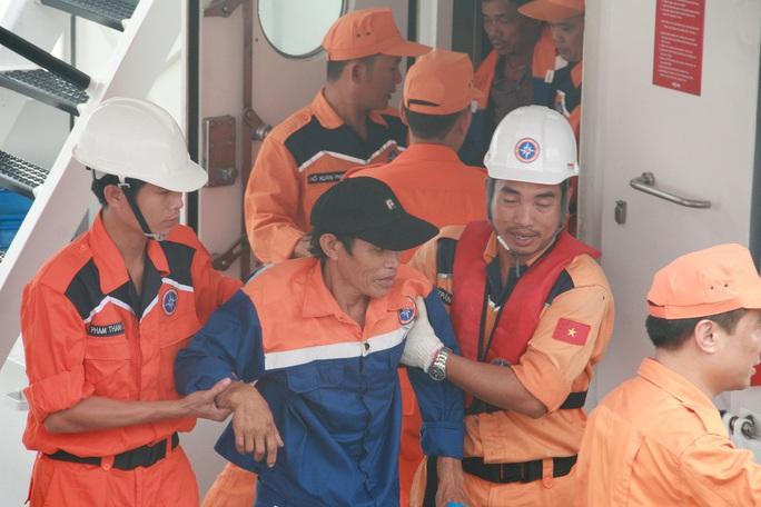 Ngư dân tàu QNa-95959TS được đưa vào bờ an toàn sau khi bị tàu nước ngoài đâm chìm ở Hoàng Sa Ảnh: TRẦN THƯỜNG