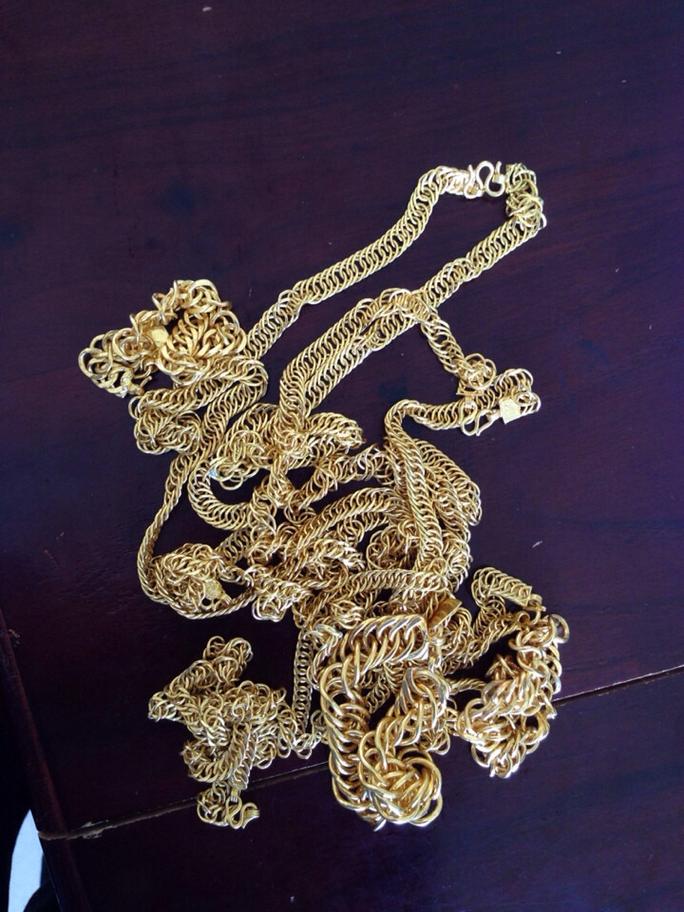Vàng giả các đối tượng đưa đi bán để chiếm đoạt tiền từ các tiệm vàng Ảnh: PN